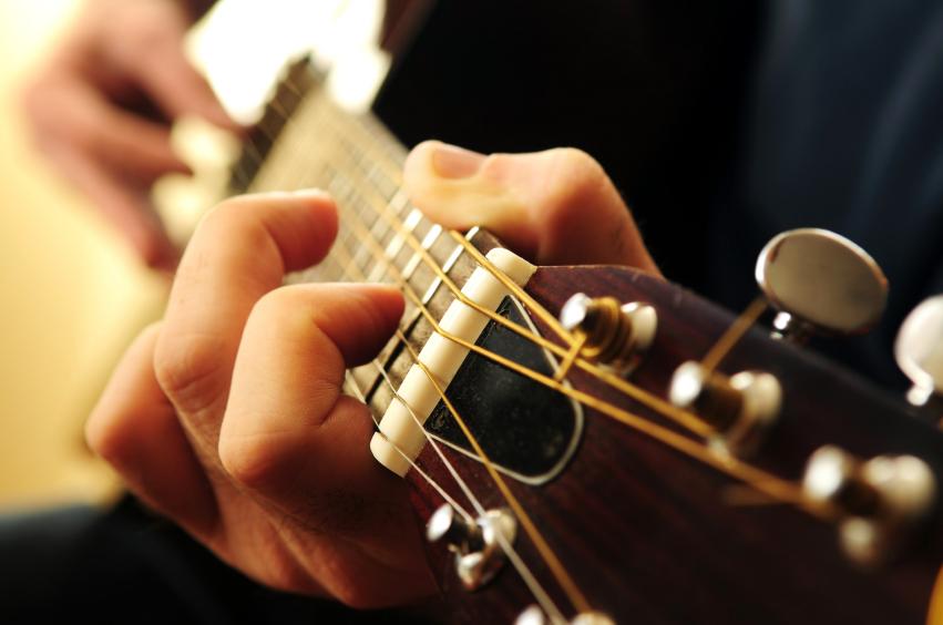 naua gry na gitarze