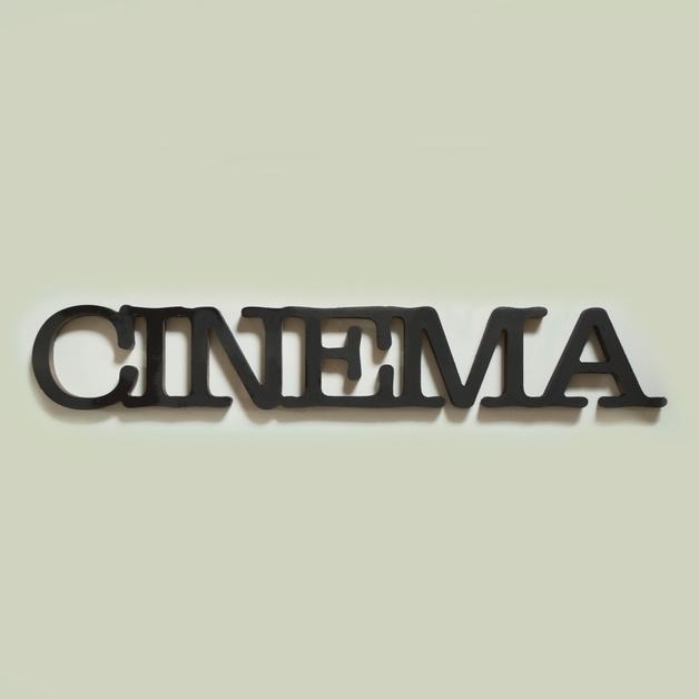 drewniany napis cinema